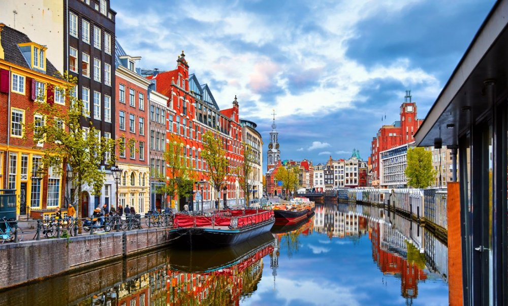 river-houses-in-amsterdam-netherlands